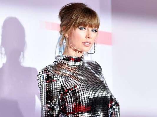 All metallic! O mini vestido metalizado da Balmain foi a escolha de Taylor Swift para o American Music Awards