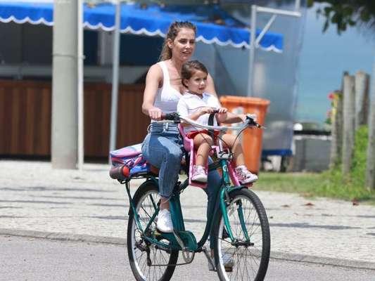 Deborah Secco passeia de bicicleta com a filha, Maria Flor nesta quarta-feira, dia 10 de outubro de 2018