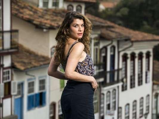 Isabel (Alinne Moraes) vive romance em segredo com Marcelo (Nikolas Antunes) na novela 'Espelho da Vida'