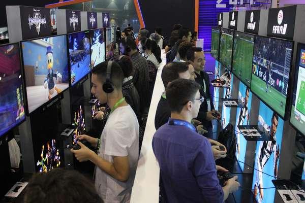 À esquerda, gamers testam o tão aguardado Kingdom Hearts III, que deve ser lançado em 2019, enquanto à direita, os visitantes da BGS aproveitam para jogar o recém-lançado FIFA 19