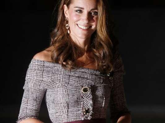 Kate Middleton usa vestido tweed com ombros de fora em visita a centro cultural nesta quarta-feira, dia 10 de outubro de 2018
