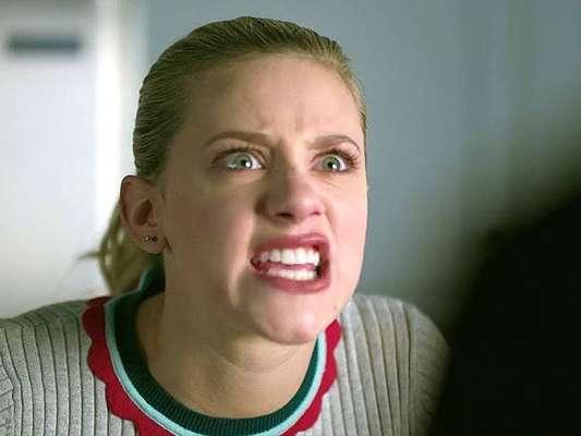 """Em """"Riverdale"""", Betty (Lili Reinhart) acaba tendo uma convulsão depois de ver um culto bem sinistro"""
