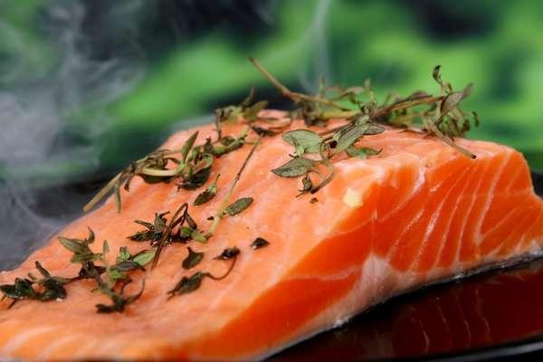 Vitamina D: os fãs de peixes como salmão, sardinha e atum podem comemorar. Esses alimentos são ricos em vitamina D, um grupo de compostos lipossolúveis que promovem a absorção do cálcio nos dentes e ossos. O iogurte, a manteiga e os cogumelos também são boas fontes de vitamina D.