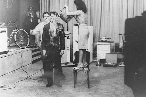 Década de 1970 - Tomando um 'banho' de água fria no ar em seu programa na TV Tupi, em 1976.