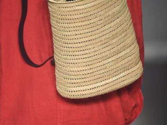 Bolsas com pegada artesanais estarão em alta na próxima temporada também. Em estilo mochila, da Osklen