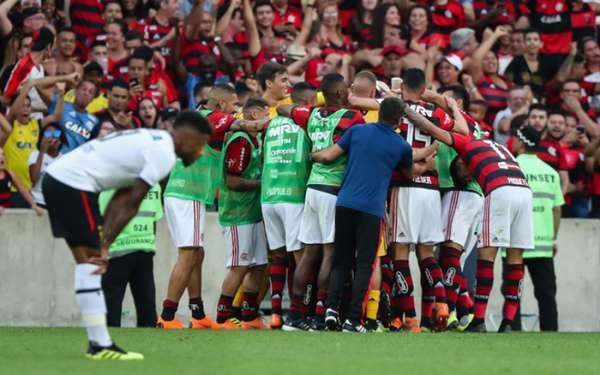 Dentro de campo o momento do Flamengo é de empolgação, e as arquibancadas continuam respondendo. Vice-líder, o Rubro-Negro viu sua torcida esgotar os ingressos para a partida deste sábado, contra o Palmeiras. Mais de 56 mil pagantes estarão presentes. Assim, o clube aparecerá mais uma vez no Top 10 dos maiores públicos da competição até agora. Confira, a seguir, a lista:
