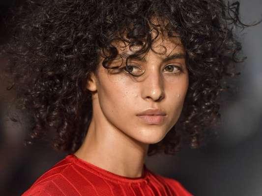 Cabelos das passarelas do São Paulo Fashion Week: cachos e volume no look (lindo!) da Osklen