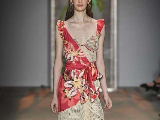 Estampa floral: em estilo tropical em vestido bem feminino da PatBo