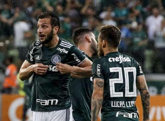 O Palmeiras derrotou o Santos por 3 a 2, em clássico no Allianz, e aumentou ainda mais sua vantagem na ponta faltando seis rodadas para o fim do Brasileirão. O Inter assumiu a vice-liderança e está cinco pontos atrás da equipe paulista. Veja como foi a briga a cada rodada