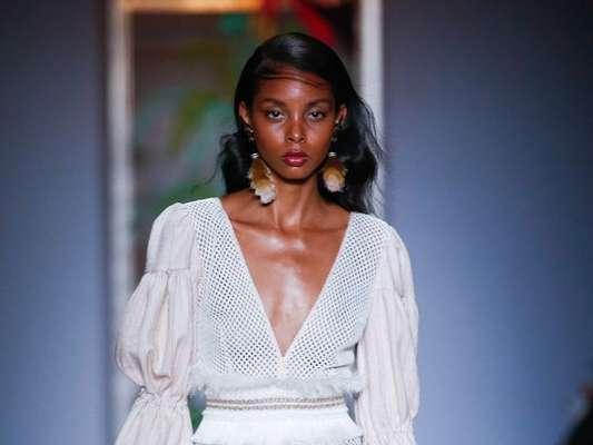 Vestidos curtos das passarelas do São Paulo Fashion Week: curtinho com babados da PatBo é sexy e feminino