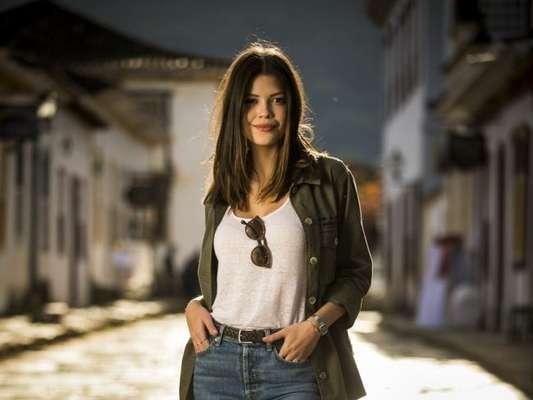 Cris (Vitória Strada) se entrega para Danilo (Rafael Cardoso) na novela 'Espelho da Vida'