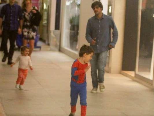 Felipe Simas brincou com os filhos em shopping do Rio de Janeiro nesta quarta-feira, 7 de novembro de 2018