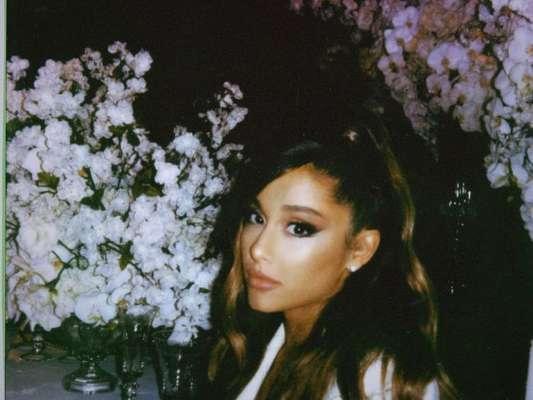 """Ariana Grande quase cai durante a primeira performance de """"thank u, next"""" no """"The Ellen Show"""""""