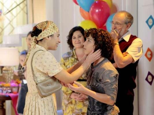 Nos próximos capítulos da novela 'As Aventuras de Poliana', João (Igor Jansen) reencontrará a mãe durante a festa de Poliana (Sophia valverde)