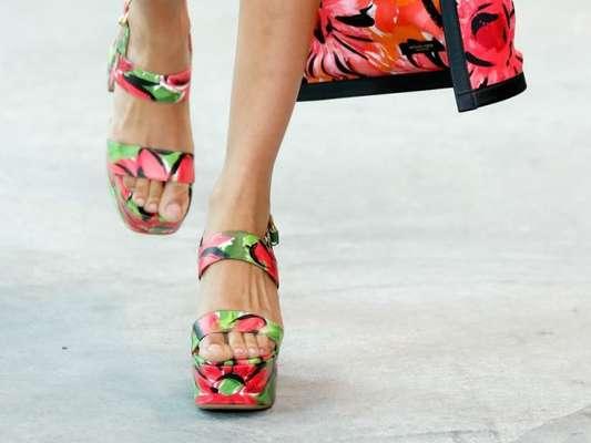 Sandálias das passarelas internacionais estão mais confortáveis. A flatform foi uma das principais apostas de Michael Kors