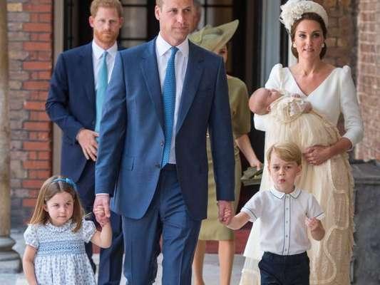 Príncipe William admite incômodo por distância de Charles e netos em participação em documentário