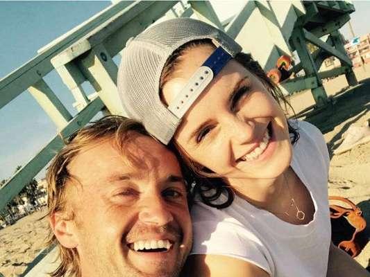 """Emma Watson posta foto com Tom Felton, de """"Harry Potter"""", parabenizando o ator pela nova série"""