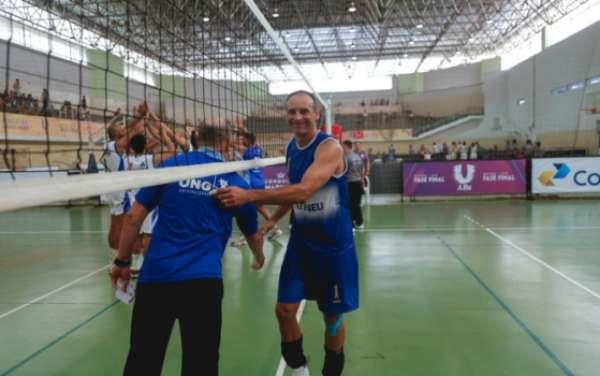 Márcio Araújo defende o time de vôlei da UniAteneu no JUBs