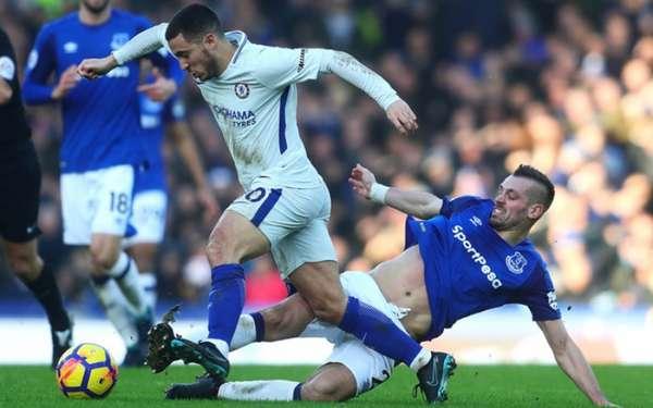 Everton e Chelsea fazem um duelo interessante neste domingo, às 12h15 (de Brasília). Os Blues tentam seguir na cola dos líderes, enquanto a equipe de Liverpool precisa vencer para se aproximar da zona de classificação para competições europeias
