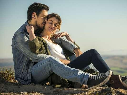 Alain (João Vicente de Castro) se aproxima de Isabel (Alinne Moraes) na novela 'Espelho da Vida'