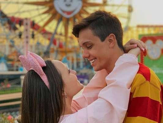 Leo Cidade zoou internautas ao citar sua viagem para a Disney com a namorada, Larissa Manoela: 'E pensaram que ela só ia me levar na Disney de Orlando!'