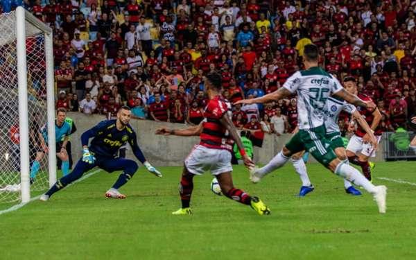 Dentro de campo o Flamengo permanece vivo na briga pelo título brasileiro, e a torcida continua apoiando o time. Vice-líder do Brasileiro, o Rubro-Negro aparece em sete dos dez maiores públicos pagantes da competição até aqui. Confira, a seguir, a lista completa: