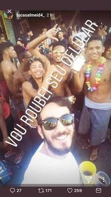 """Racismo no carnaval - Durante o carnaval 2018, Lucas Almeida pediu para tirar foto com três rapazes negros que curtiam a folia, e publicou-a em seu Instagram com uma legenda racista: """"Vou roubei seu celular (sic)"""". Um dos jovens, Iarley Duarte, expôs o fato em sua rede social: """"Infelizmente, ninguém está livre do racismo e preconceito. Esse babaca chegou no bloco e pediu pra tirar uma foto com a gente"""", denunciou. Em seguida, Lucas foi demitido de sua empresa; leia a história completa aqui."""