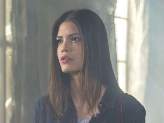 Cris (Vitória Strada) vai descobrir que o pai de Júlia (Vitória Strada), Eugênio (Felipe Camargo), traía a mulher, Piedade (Júlia Lemmertz) nos próximos capítulos da novela 'Espelho da Vida'