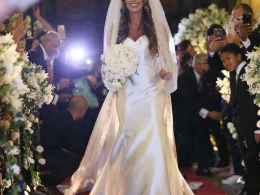 Nicole Bahls usa vestido de seda italiana ao se casar com Marcelo Bimbi nesta terça-feira, dia 04 de dezembro de 2018