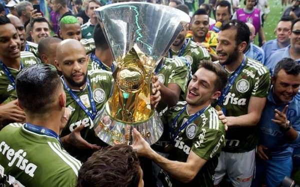 O Brasileirão terminou e a CBF distribuiu R$ 63,7 milhões aos participantes. Os clubes que ficaram nas 16 primeiras posições foram contemplados, enquanto os rebaixados não levaram nada. O maior prêmio ficou com o campeão Palmeiras, que embolsou um pouco mais de R$ 18 milhões. Confira a seguir quanto cada clube ganhou.