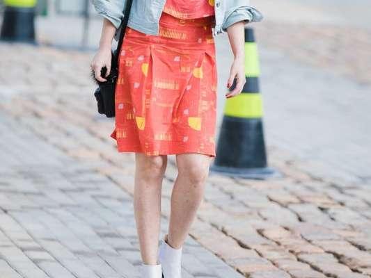 A bota branca de cano curto cria um look despojado e bem feminino com vestidos curtinhos