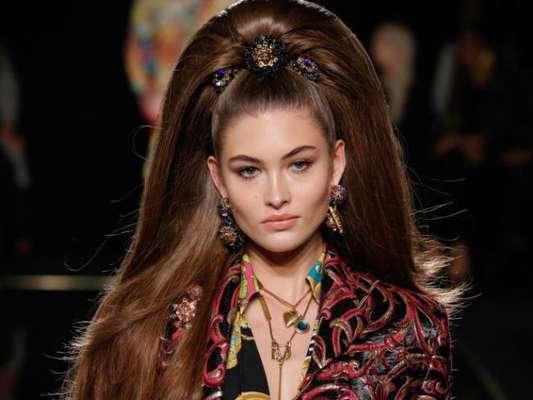 Estilo retrô está em alta nos looks de beleza. volumão em penteado estilo anos 60 na passarela da Versace em Nova York