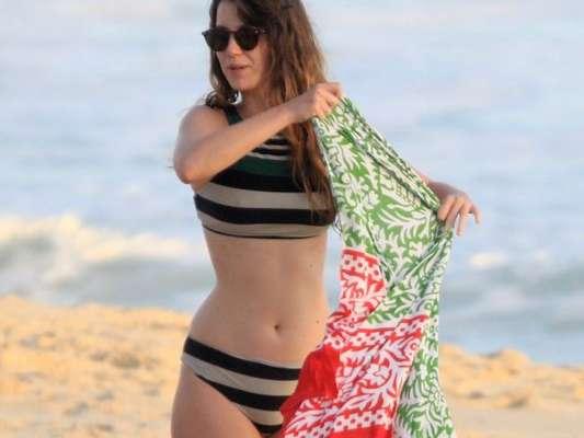 De biquíni listrado, Nathalia Dill curte dia de praia com amigos no Rio de Janeiro nesta quarta-feira, dia 05 de dezembro de 2018