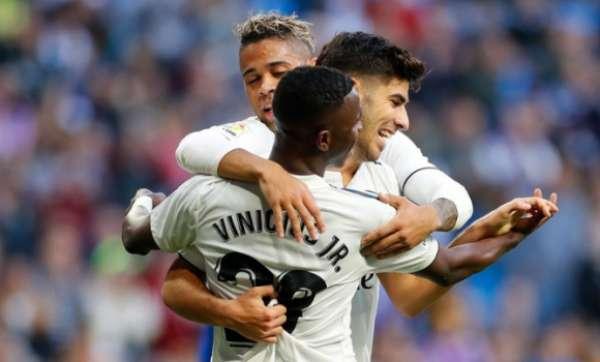 Vinícius Júnior comemora junto com Asensio e Mariano