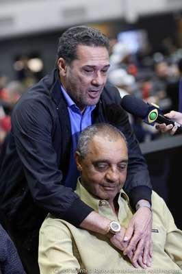 O treinador Vanderlei Luxemburgo marcou presença no inédito Desafio dos Boleiros do Campeonato Brasileiro de Pôquer, o Brazilian Series of Poker (BSOP). Na foto, abraça o ex-meia Basílio, autor do gol do título paulista que encerrou o jejum de 23 anos sem título do Corinthians, em 1977.