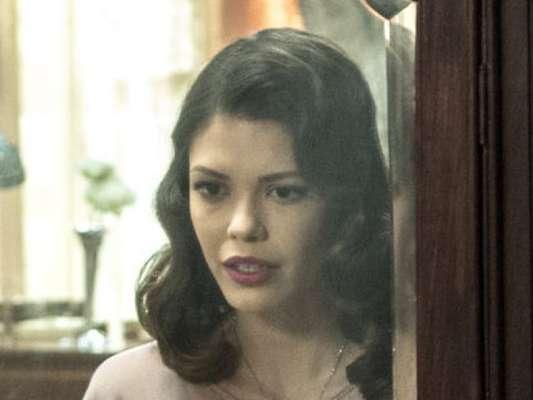 Cris (Vitória Strada) se espanta ao retornar para o presente com roupas de Júlia (Vitória Strada) nos próximos capítulos da novela 'Espelho da Vida'