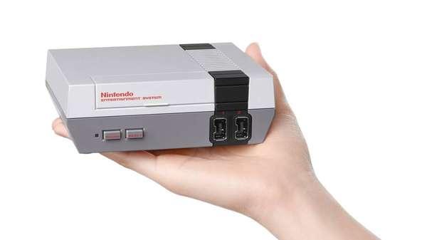 """NES Classic Edition - O NES Classic Edition é uma versão para o século XXI do Nintendo Entertainment System (conhecido informalmente como NES ou """"Nintendinho"""", aqui no Brasil), primeiro console da empresa, lançado em 1983 no Japão – mas só em 1985 nos EUA e no Brasil. O NES Classic Edition, previsto para chegar às lojas dos EUA em novembro por US$ 60 (equivalente a pouco mais de R$ 200), é uma experiência retrô total, tendo 30 jogos na memória (incluindo clássicos como Super Mario Bros e os primeiros The Legend of Zelda e Final Fantasy) e um controles réplica do NES – quem quiser jogar com os amigos poderá comprar mais um controle por US$ 10."""
