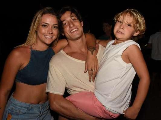 Carol Dantas ganhou comentário de Neymar em foto com filho, Davi Lucca, e o namorado, Vinicius Martinez, nesta quinta-feira, de 20 de dezembro