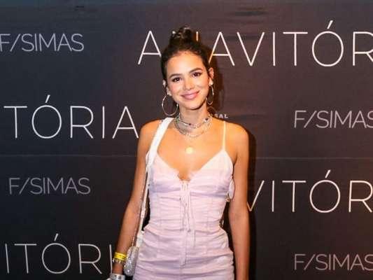 Bruna Marquezine: vestido romântico, chunky sneakers, mix de colares e argolas