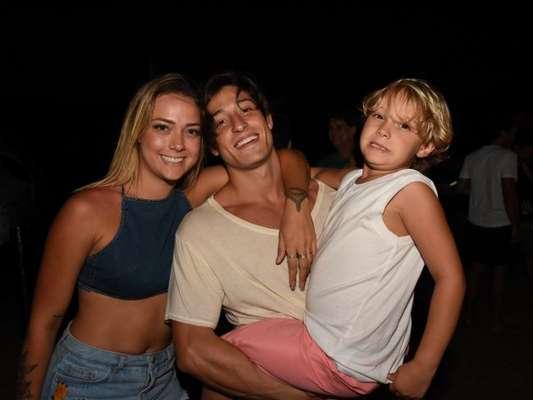 Carol Dantas curtiu o domingo, 30 de dezembro de 2018, na praia com o filho, Davi Lucca, e o namorado, Vinícius Martinez