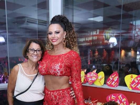 Viviane Araujo levou a mãe, dona Neuza, para o primeiro ensaio do ano do Salgueiro para o carnaval, neste sábado, 5 de janeiro de 2019