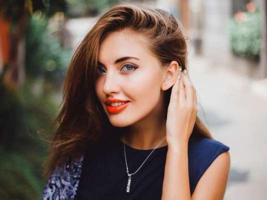 Para a maquiagem não derreter no calor, invista no pó translúcido e no spray fixador