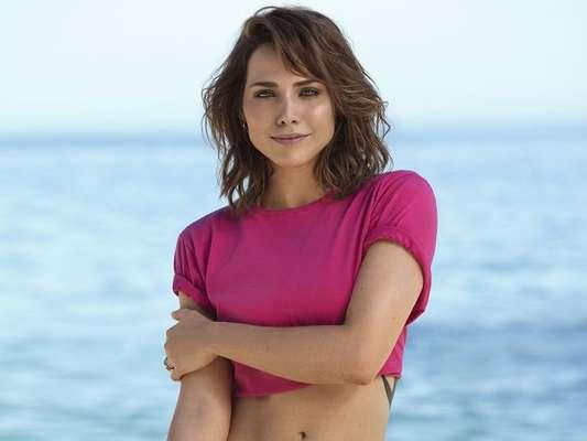 Letícia Colin aposta em tendências do verão em ensaio beachwear