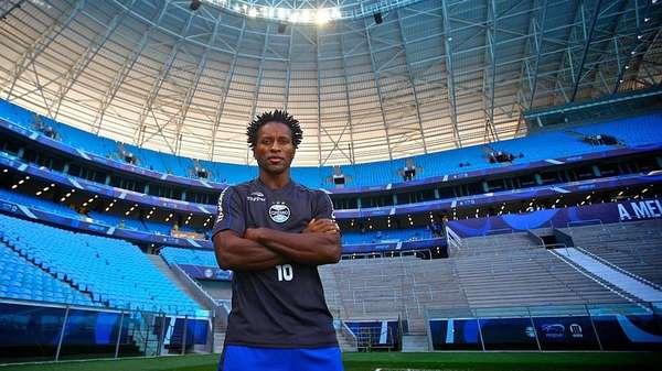 A carreira de Zé Roberto - Já próximo dos 40 anos, Zé Roberto voltou ao Brasil para jogar no Grêmio entre 2012 e 2014