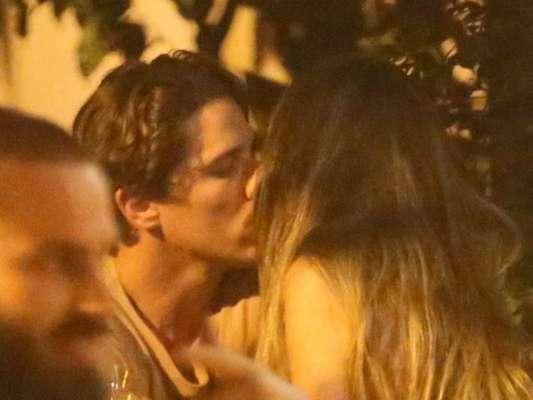 Romulo Neto é flagrado aos beijos com morena em bar no Rio de Janeiro