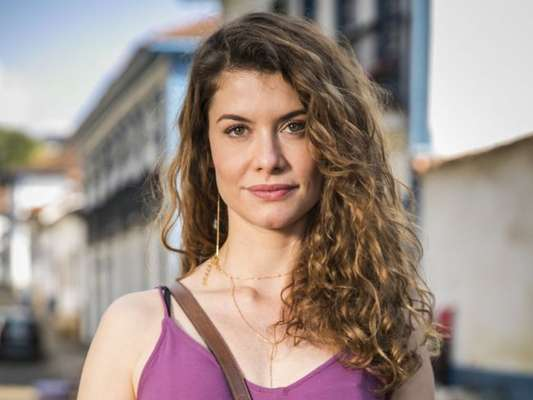 Isabel (Alline Moraes) mente para Alain (João Vicente de Castro) e usa nome falso para publicar em jornal que Cris (Vitória Strada) está louca e foi internada em sanatório nos próximos capítulos da novela 'Espelho da Vida'