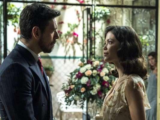 Júlia (Vitória Strada) resolve ficar noiva de Gustavo Bruno (João Vicente de Castro) após Danilo (Rafael Cardoso) levar uma surra, nos próximos capítulos da novela 'Espelho da Vida'