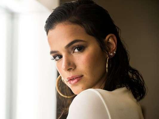 Bruna Marquezine estrelou tutorial de maquiagem da versão americana da revista 'Vogue' e ensinou como ter a pele glow