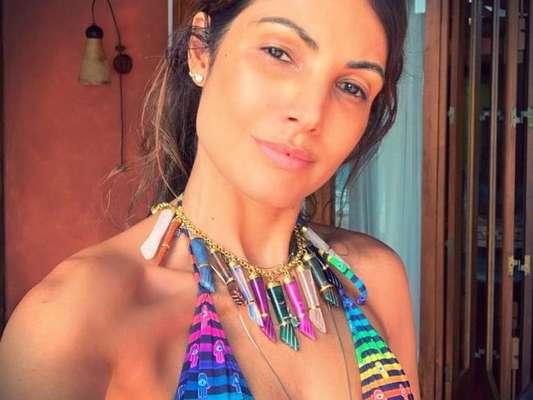 Patricia Poeta montou um look de praia megacolorido com biquíni e colar de pingentes