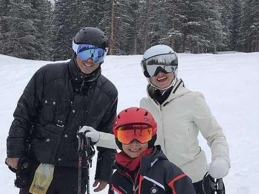 Eliana, o noivo, Adriano Ricco, e o filho, Arthur, de 7 anos, estão em Aspen, nos EUA, com a filha do casal, Manuela, de 1 ano
